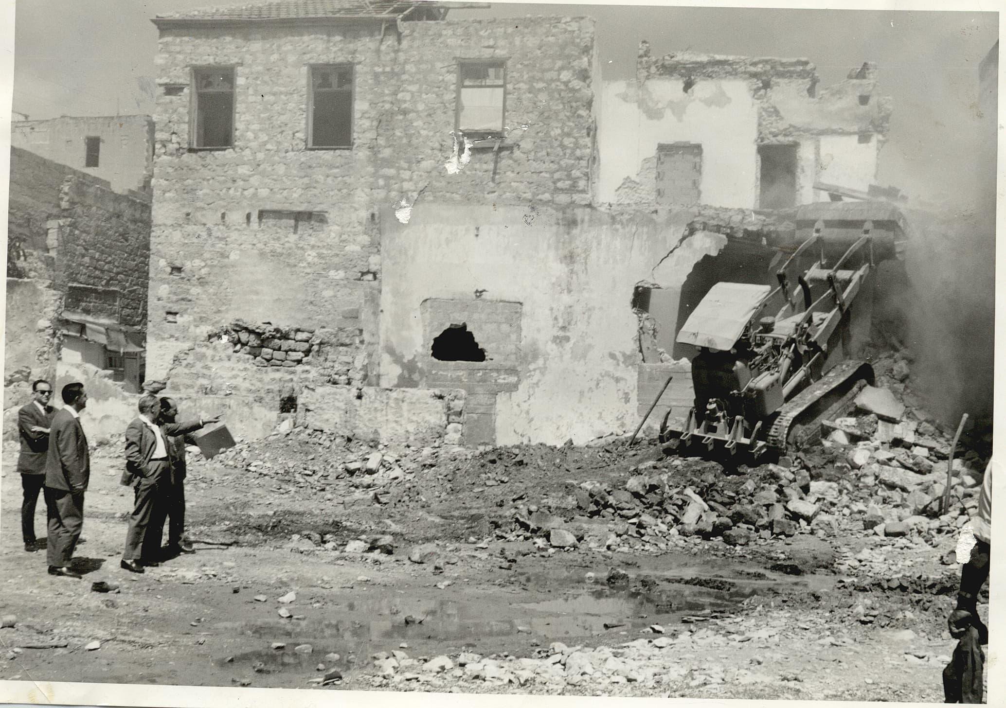 ראש העירייה אבא חושי מבקר בוואדי סאליב בזמן ביצוע הריסה של מבנים ישנים 1964