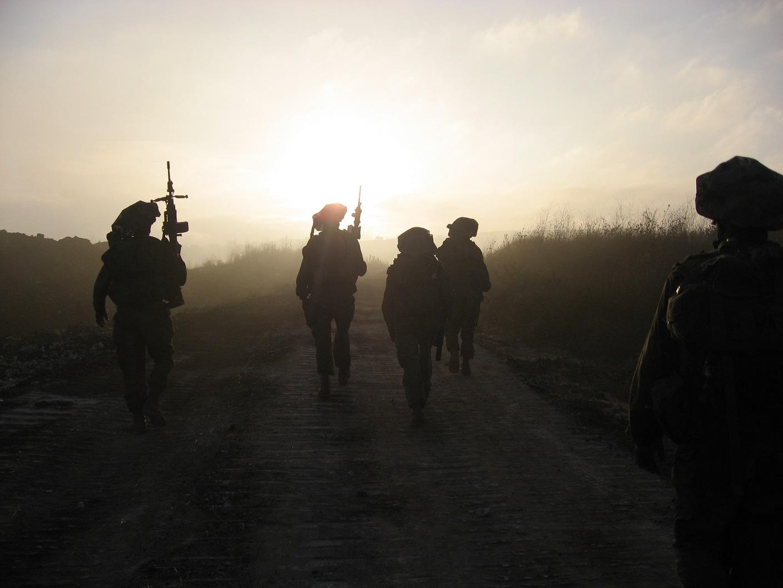 חיילים ביציאה מהשטח אחרי הקרב