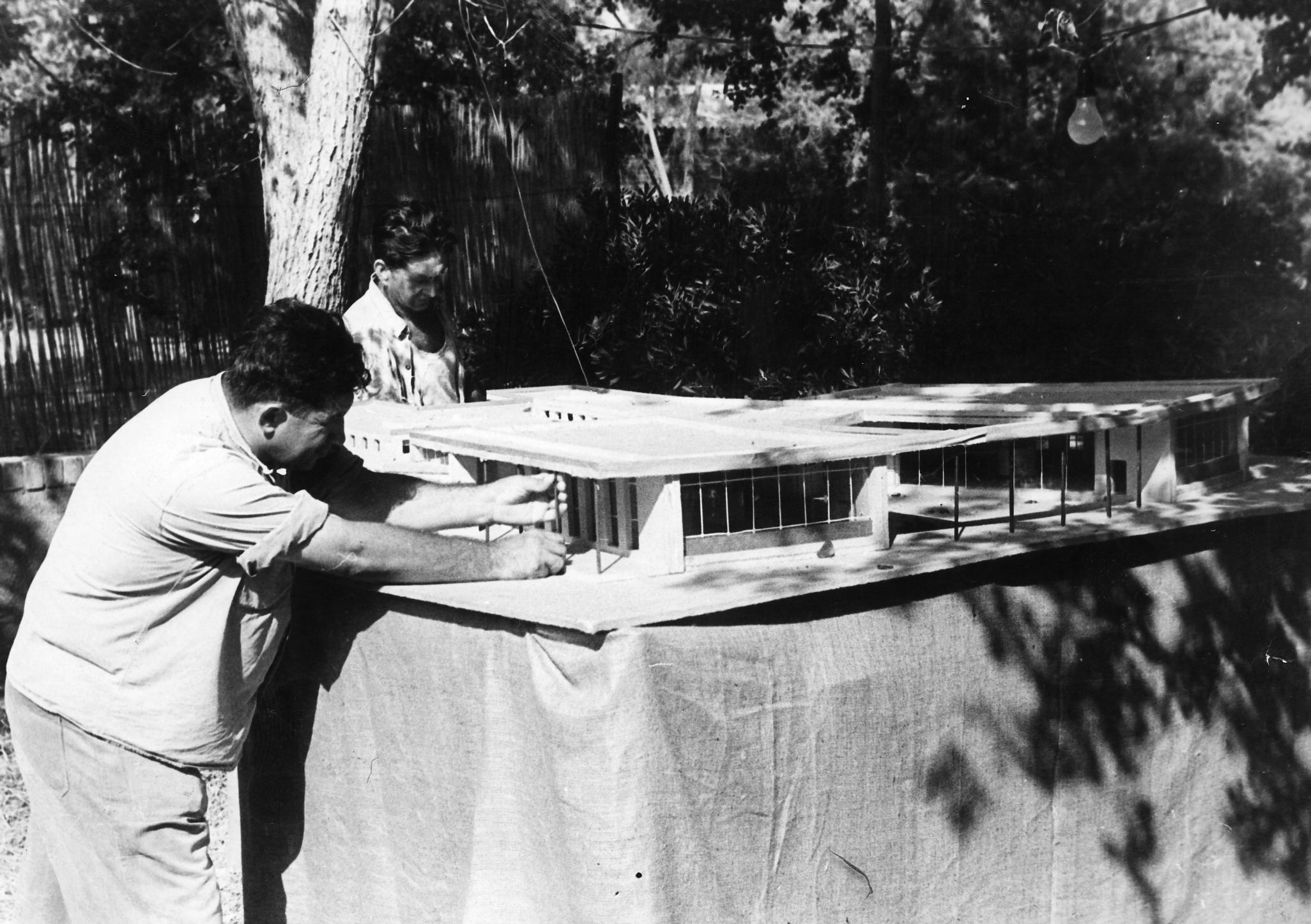 האדריכל שמואל מסטצ'קין עומד ליד דגם חדר האוכל החדש בקיבוץ שער הגולן